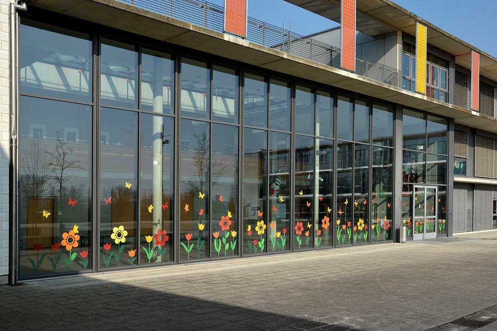 Glasfassade bunt  realschule kitzingen: Glasfassade mit Frühlingsmotiven gestaltet